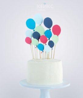 Белый торт с разноцветными воздушными шариками из мастики