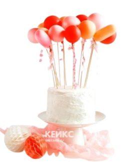 Праздничный торт с красно-розовыми воздушными шариками