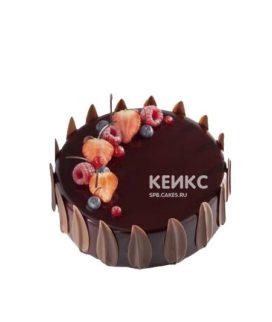 Шоколадный зеркальный торт украшенный лепестками и ягодами