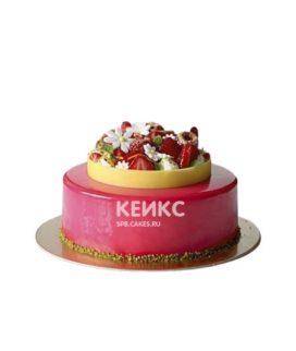 Розовый зеркальный торт с цветами и ягодами