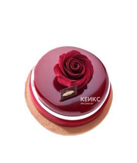Торт покрытый красной зеркальной глазурью с розой