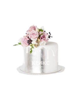 Торт серебристого цвета с живыми цветами