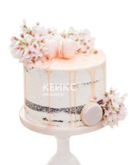 Торт украшенный нежными живыми цветами