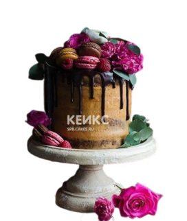 Торт с живыми цветами и малиной