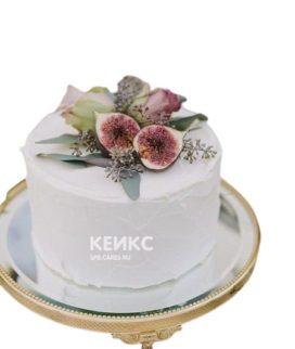 Белый торт украшенный живыми цветами