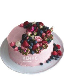 Торт украшенный живыми цветами и ягодами