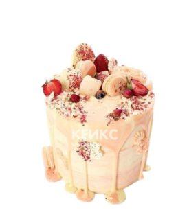 Торт украшенный живыми цветами и клубникой