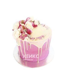 Ярко-розовый торт с живыми цветами