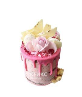 Торт в розовом цвете с живыми цветами