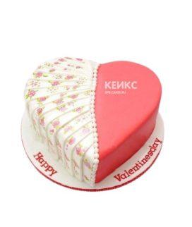 Бело-розовый торт в форме сердца с оборками