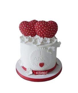 Белый торт украшенный красными сердцами