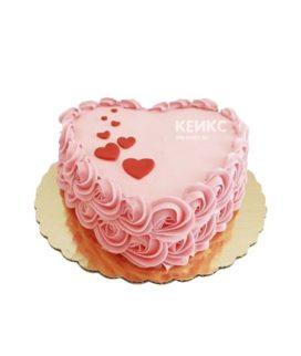 Розовый торт в форме сердца украшенный красными сердцами