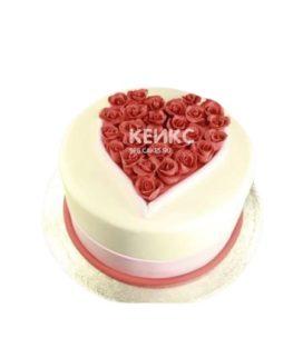 Торт украшенный коралловыми розами в форме сердца