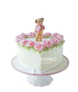 Очаровательный торт в форме сердца с медвежонком