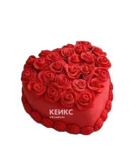 Красный торт в форме сердца украшенный розами