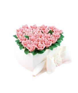 Торт в форме сердца с розовыми цветами и бантом