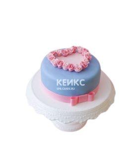 Голубой торт украшенный сердцем из роз