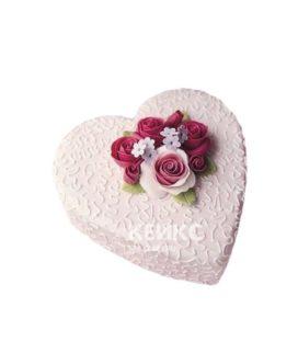 Торт в форме сердца с кружевом и розами