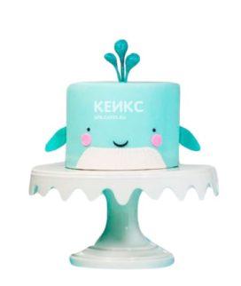 Голубой торт в виде кита в морском стиле