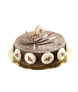 Шоколадный велюровый торт с белыми макарунами