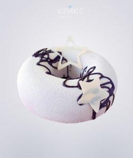 Белый велюровый торт в форме пончика с глазурью и звездами