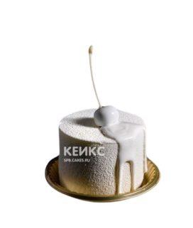 Белый велюровый торт с глазурью и вишней