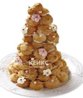 Свадебный торт Кракембуш с живыми полевыми цветами