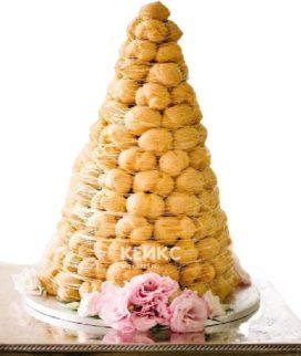 Свадебный торт крокембуш с крамельной паутиной и розовыми цветами