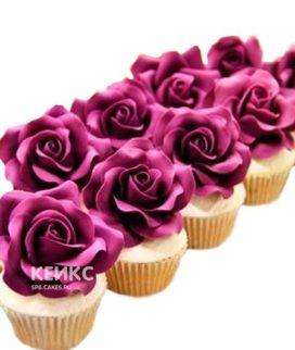 Праздничные капкейки украшенные фиолетовым розами