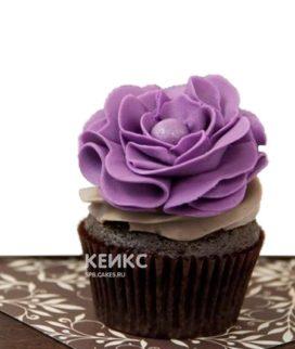 Капкейки с фиолетовыми цветами