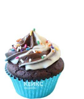 Капкейки на день рождения с разноцветной посыпкой
