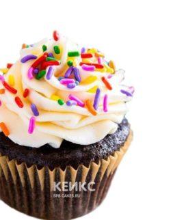 Капкейки с кремом и разноцветной посыпкой на день рождения