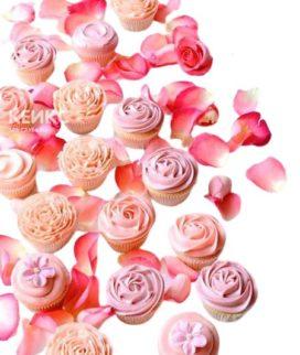 Недорогие капкейки украшенные розовым и персиковым кремом