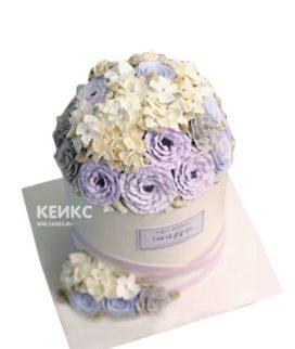 Белый торт с сиреневыми цветами на день рождения
