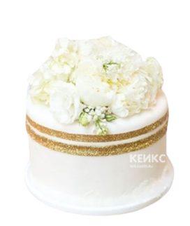 Белый торт с белыми цветами сверху