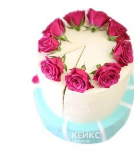 Сине-белый торт с розовыми цветами на день рождения