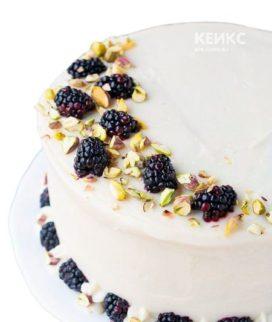 Белый торт с ягодами на день рождения