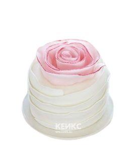 Красивый торт в виде розы из мастики