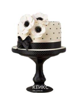 Черно-белый торт в виде шляпы с цветами
