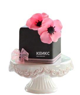 Черный торт с розовыми цветами