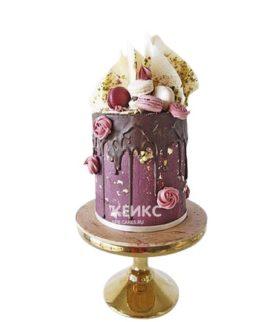Шикарный торт девушке на 15 лет с макарунами и позолотой