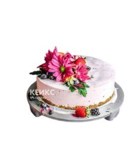 Торт для беременных с цветами и ягодами