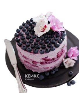 Розовый торт для беременных с черникой и цветами