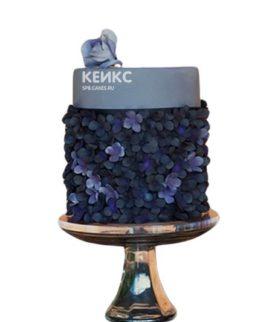 Темно-фиолетовый торт с кремовыми цветами