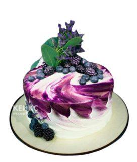 Фиолетовый торт с цветами и ягодами