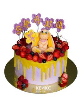 Фруктовый торт с желтой глазурью и фигуркой зайки