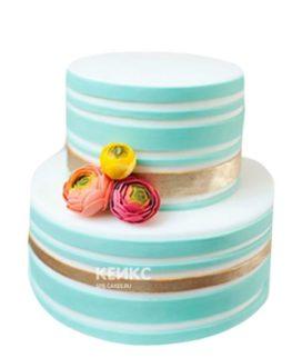 Бело-голубой торт с цветами