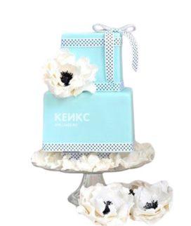 Голубой торт с бантиком и белыми цветами