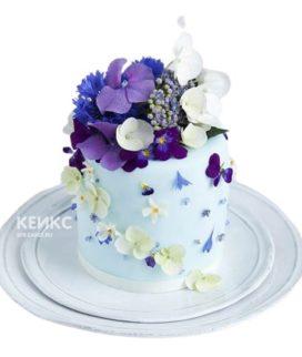 Голубой торт с белыми и фиолетовыми цветами