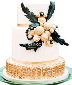 Эксклюзивный торт белого цвета с черно-золотыми украшениями на день рождения